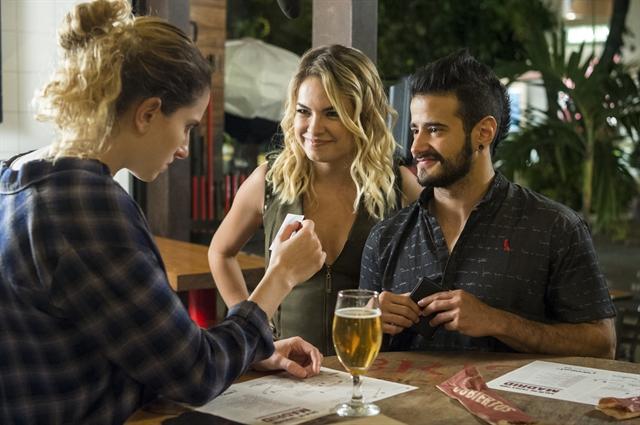 Ivana (Carol Duarte), Anita (Lua Blanco) e Teresa (Tarso Brant)<br /> (Foto: Globo/Estevam Avellar)