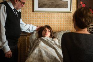 Nanda (Julia Dalavia ) se sente mal em 'Os Dias Eram Assim' (Foto: Globo/Raquel Cunha)