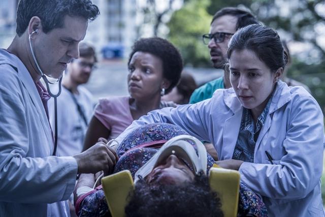 Bruno Garcia (Décio) e Marjorie Estiano (Carolina) em cena de 'Sob Pressão' (Foto: Globo/Mauricio Fidalgo)