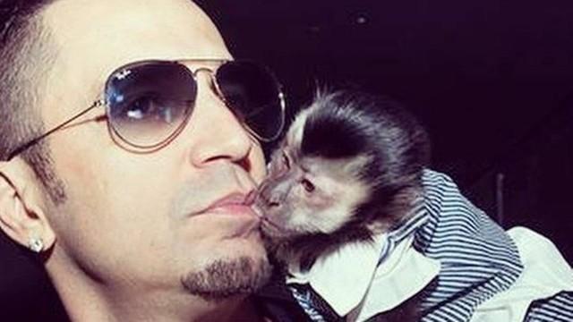 O cantor Latino e seu macaco. (Foto: Reprodução)