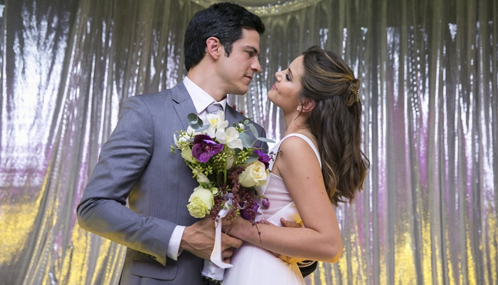 Eric (Mateus Solano) e Luiza (Camila Queiroz) em cena de 'Pega Pega' (Foto: Globo/Rafael Campos)