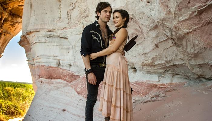 Sergio Guizé (Gael) e Bianca Bin (Clara) em gravação de 'Outro Lado do Paraíso' (Foto: Globo /Raquel Cunha)
