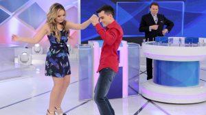 """Larissa Manoela dança com Dudu Camargo no """"Programa Silvio Santos"""" (Foto: Lourival Ribeiro/SBT)"""