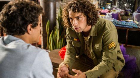 Tato (Matheus Abreu) conversa com Deco (Pablo Morais) em 'Malhação: Viva a Diferença' (Foto: Globo/Raquel Cunha)