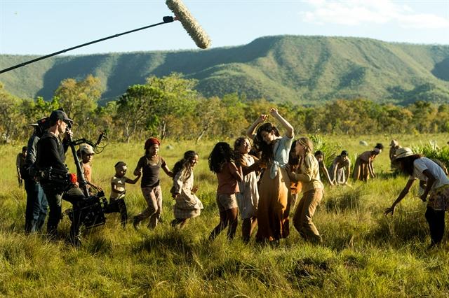 Bastidor - Clara (Bianca Bin) brinca com crianças no campo do capim dourado (Foto: Globo/Raquel Cunha)
