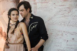 Clara (Bianca Bin) e Gael (Sergio Guizé) em 'Outro Lado do Paraíso' (Foto: Globo/Raquel Cunha)