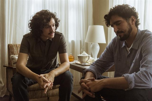 Renato (Renato Góes) diz para Gustavo (Gabriel Leone) que Lucas (Xande Valois) é seu filho (Foto: Globo/Mauricio Fidalgo)