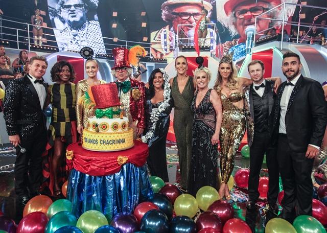Jurados e Ivete Sangalo festejam os cem anos do Chacrinha no palco (Foto: Globo/Pedro Curi)