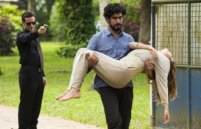 """Renato (Renato Góes) e Alice (Sophie Charlotte) ficam na mira de Vitor (Daniel de Oliveira) em """"Os Dias Eram Assim"""" (Foto: Globo/Cesar Alves"""""""