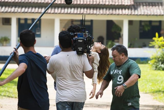 Bastidores da cena em que Renato (Renato Góes) vai ao sítio resgatar Alice (Sophie Charlotte) (Foto: Globo/Cesar Alves)