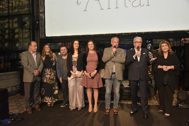 Jayme Monjardim, Alcides Nogueira e equipes de produção e direção apresentam a novela (Foto: Globo/Cesar Alves)