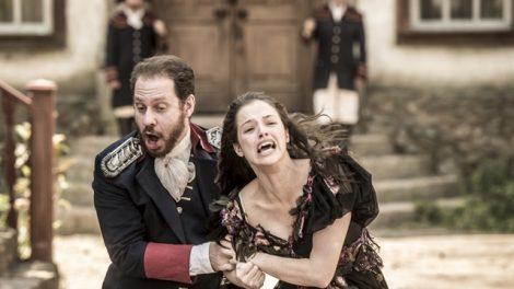Domitila (Agatha Moreira) é arrastada por Felício (Bruce Gomlevsky) em 'Novo Mundo (Foto: Globo/João Cotta)