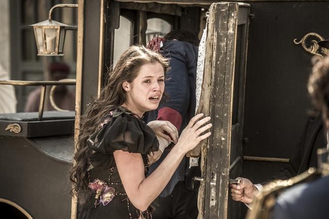 Domitila (Agatha Moreira) indo embora com Felício (Bruce Gomlevsky) em 'Novo Mundo (Foto: Globo/João Cotta)