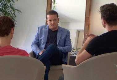 """Roberto Cabrini entrevista filhos de Marcelo Rezende no """"Conexão Repórter"""" (Foto: Reprodução/SBT)"""