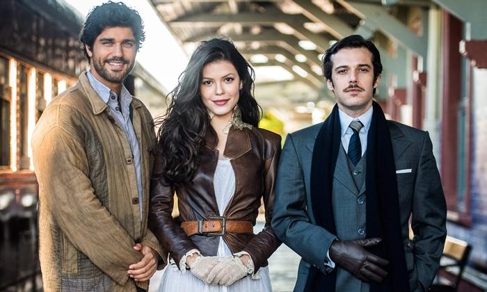"""Inácio (Bruno Cabrerizo), Maria Vitória (Vitória Strada) e Fernão (Jayme Matarazzo) em """"Tempo de Amar"""" (Foto: Globo João Miguel Júnior)"""