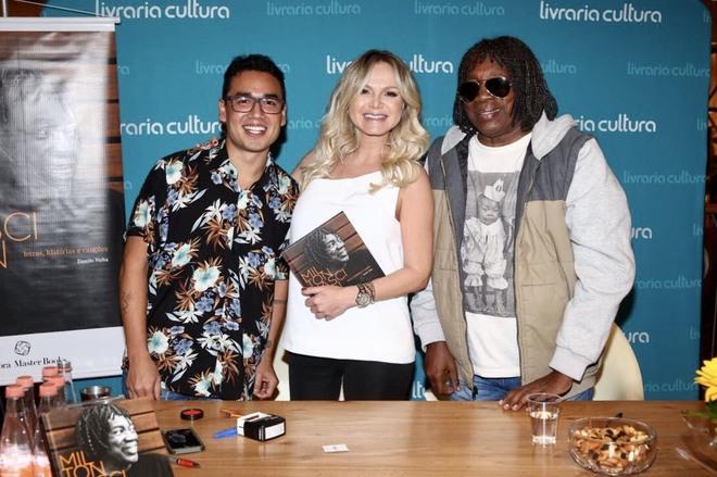 A apresentadora Eliana e os autores (Foto: Manuela Scarpa/Brazil News)
