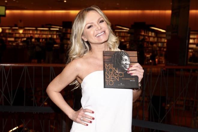 Eliana posando com o livro de Milton Nascimento( Foto: Manuela Scarpa/Brazil News)