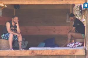 """Conrado e Dinei em """"A Fazenda 9"""" (Foto: Reprodução/Record)"""