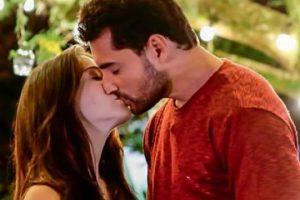 dois atores encenam beijo técnico