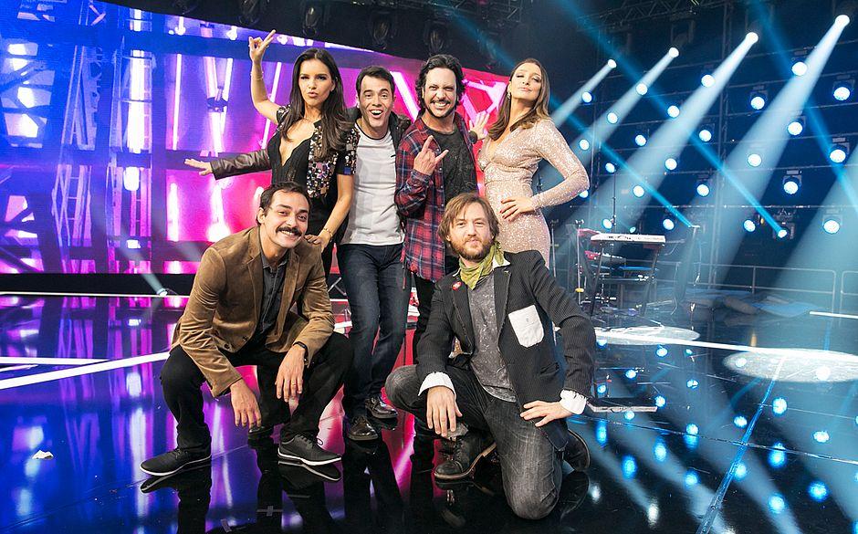 Esta imagem contém homens em mulheres posando para fotógrafo da TV Globo