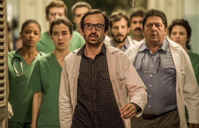 Evandro (Julio Andrade) e Carolina (Marjorie Estiano) com a equipe médica de Sob Pressão (Foto: Globo/Mauricio Fidalgo)