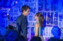 Guto (Bruno Gadiol) e Benê (Daphne Bozaski) cantam na Balada Cultural (Foto: Globo/Estevam Avellar)