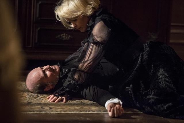 Schultz (Ruben Gabira) é assassinado por Greta (Julia Lemmertz) em Novo Mundo (Foto: Globo/Mauricio Fidalgo)