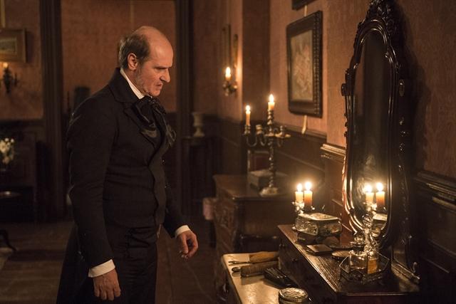 Schultz (Ruben Gabira) encontra o veneno que Greta (Julia Lemmertz) usou (Foto: Globo/Mauricio Fidalgo)