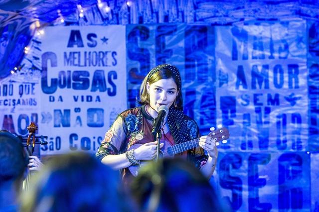 Keyla (Gabriela Medvedovski) no show da Balada Cultural (Foto: Globo/João Cotta)