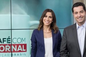 "Julia Duailibi e Luiz Megale comandam o ""Café com Jornal"". (Foto: Kelly Fuzaro/Band)"