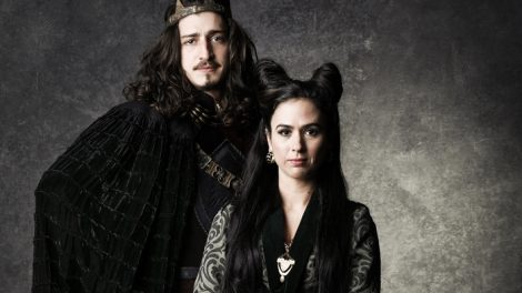 "Rodolfo (Johnny Massaro) e Lucrécia (Tatá Werneck) em ""Deus Salve o Rei"" (Foto: Globo/Sergio Zalis)"
