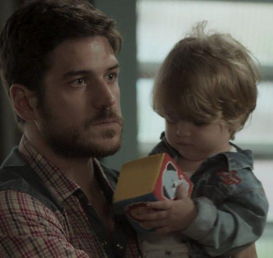 """Zeca (Marco Pigossi) descobre que é o pai de Ruyzinho no penúltimo capítulo de """"A Força do Querer"""" (Foto: Reprodução/Globo)"""