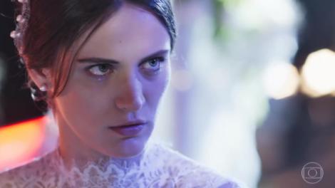 mulher vestida de noiva em cena na novela O Outro lado do Paraíso