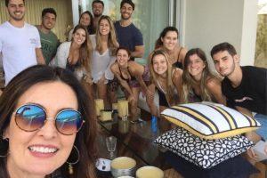 """Noticias. Foto do site da O TV Foco que mostra Fátima Bernardes recebe críticas por """"falta de diversidade"""" em foto com a família"""
