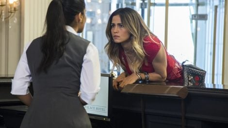 "Sandra Helena (Nanda Costa) e Gilda (Rhafaela Castro) em cena de ""Pega Pega"" (Foto: Globo/Victor Pollak)"