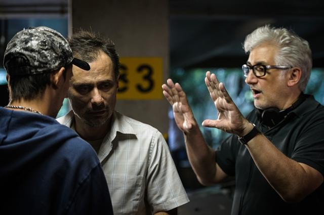 """Enrique Diaz e Luciano Moura nos bastidores de """"Treze Dias Longe do Sol"""" (Foto: Globo/Ramón Vasconcelos)"""