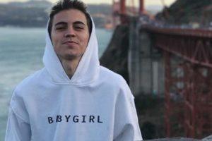 Biel. Foto do site da O TV Foco que mostra Lançando música em inglês, cantor Biel procura apresentadores de TV e pede nova chance