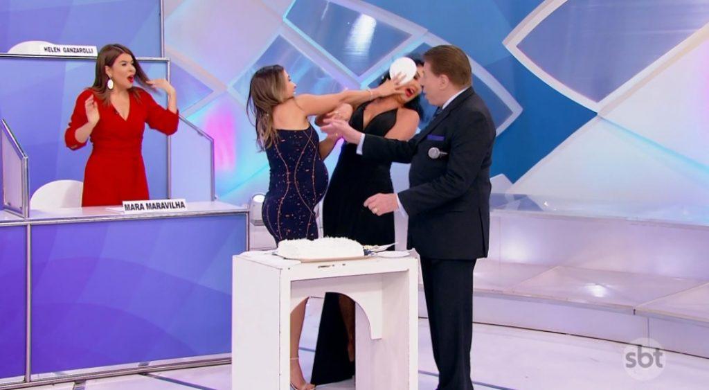 Patricia Abravanel jogou bolo na cara de Helen Ganzarolli. (Foto: Reprodução/SBT)
