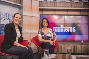 A apresentadora Regina Volpato ao lado de Cátia Fonseca (Foto: Divulgação/TV Gazeta)