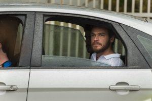 O bandido é levado para delegacia (Foto: César Alves/Globo)