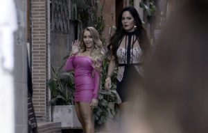 """Carine (Carla Diaz) e Alessia (Hylka Maria) em cena de """"A Força do Querer"""" (Foto: Divulgação/Globo)"""