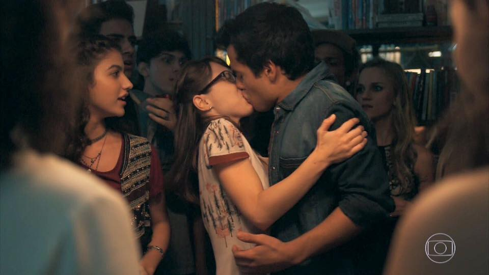 jovens em uma festa, um casal dá um beijo cênico no bastidor da novela Malhação