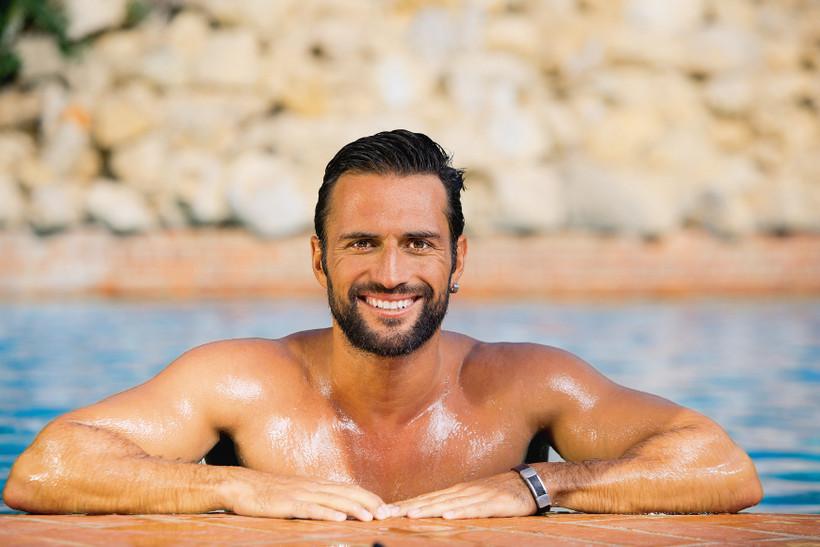 Ensaio. Foto do site da O TV Foco que mostra José Fidalgo provoca com barriga sarada e corpo sensual em ensaio