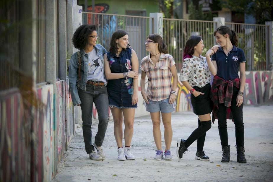 """cinco jovens meninas estão em pé caracterizadas como suas personagens em """"Malhação"""""""