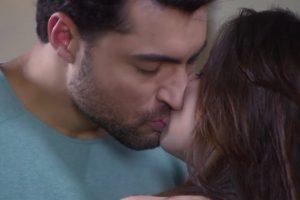 homem e mulher dão beijo cênico em novela Carinha de Anjo