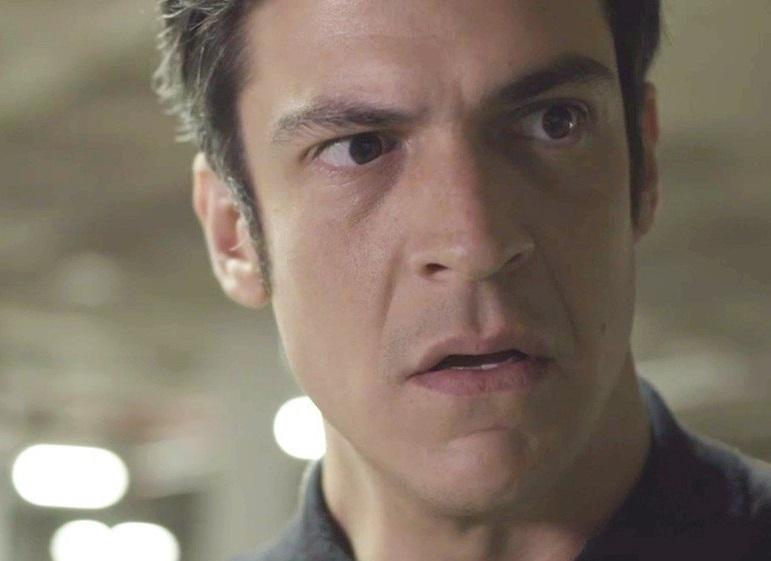ator com expressão surpresa em cena de Pega Pega