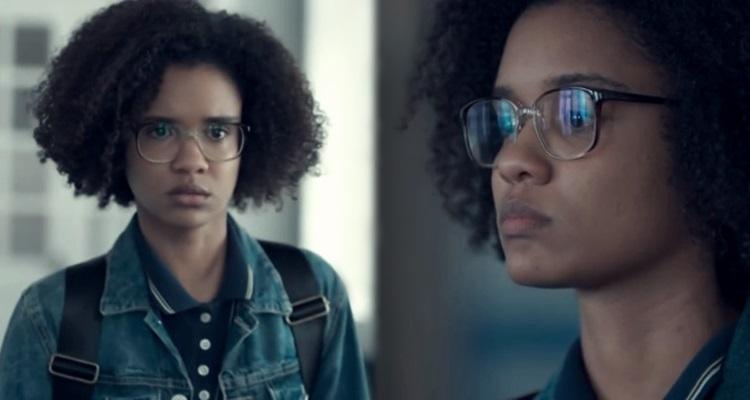 Em fotos paralelas o retrato e perfil de uma jovem negra