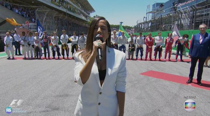 Anitta cantou o Hino Nacional  na Fórmula 1 (Foto reprodução: Globo)