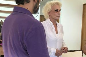 Ana Maria Braga aparece com olho roxo (Foto: Reprodução/Caras)