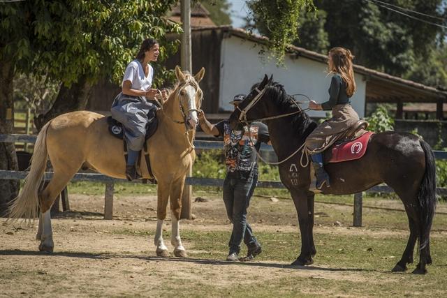 Bruna Marquezine e Marina Ruy Barbosa na preparação elenco para Deus Salve o Rei (Foto: Globo/Mauricio Fidalgo)
